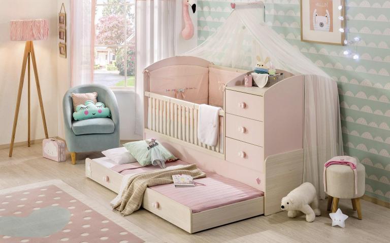 Babykamer baby bed meegroeibed roze tapijt meisjes babykamer
